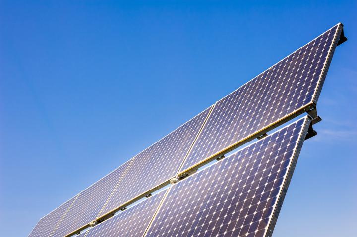 Solpaneler som producerar energi på ett klimatvänligt sätt.