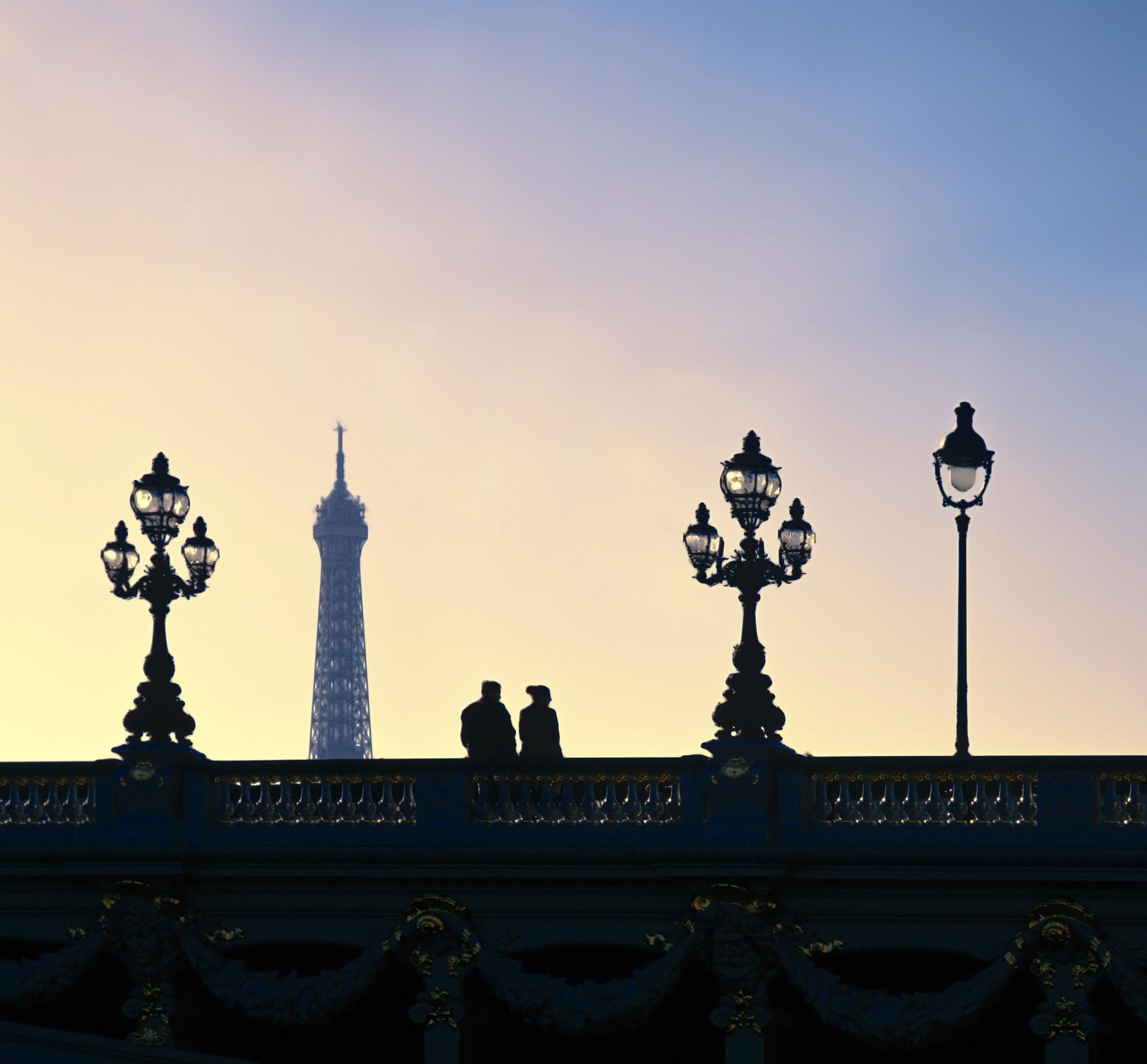 Par på Pont Alexandre bron med Eiffel tornet i bakgrunden.