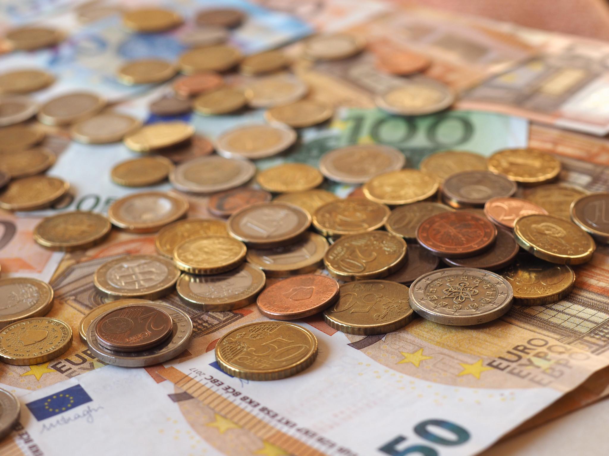 Euro-sedlar och mynt.