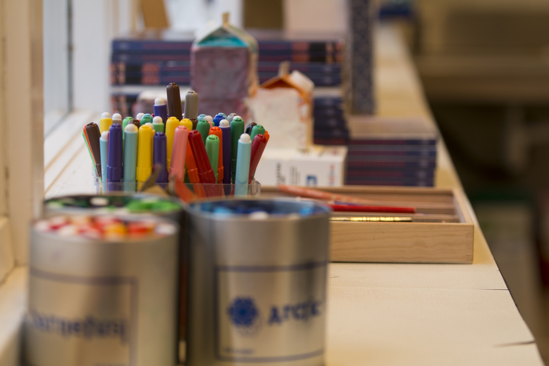 Färgglada pennor i förskolemiljö
