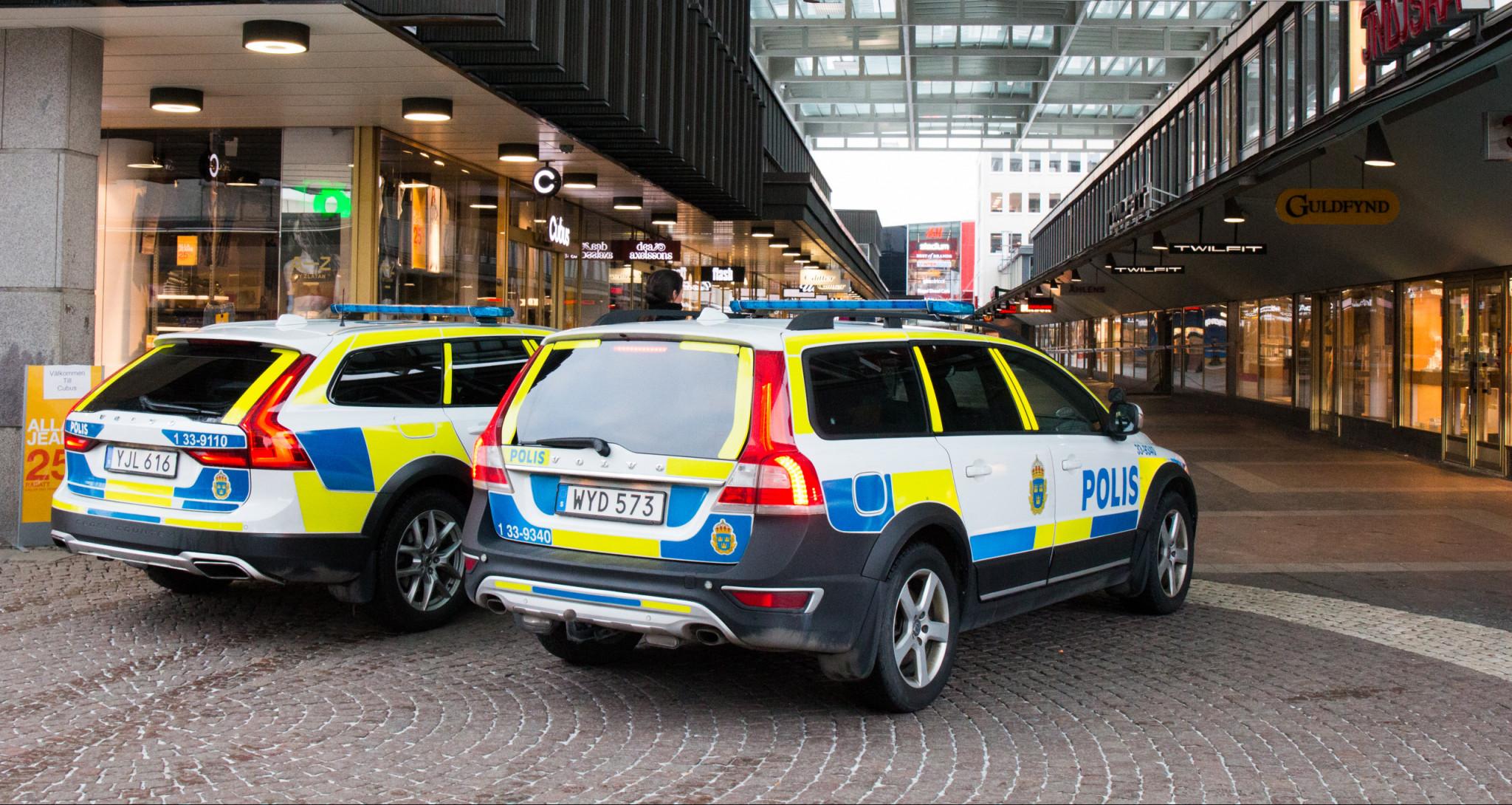 Två polisbilar i Vällingby centrum
