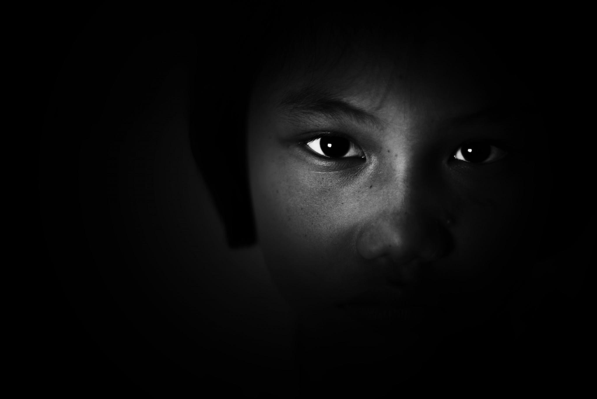 Ledsen och rädd ung flicka. Svartvitt motiv.