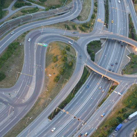 Drönarbild över motorväg.