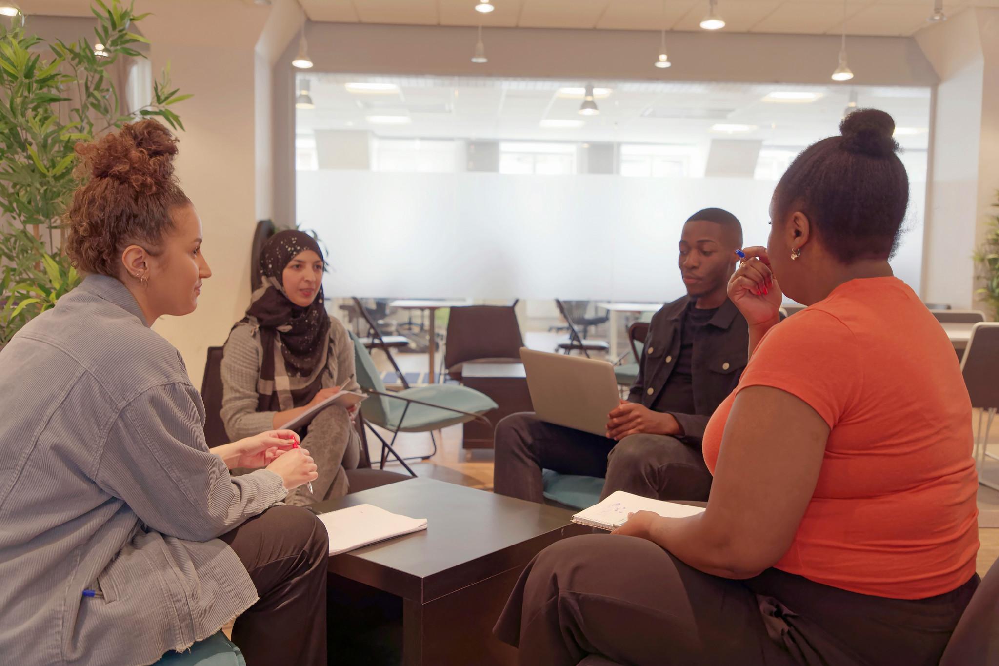 Grupparbete under vuxenutbildning / Svenska för invandrare med mixad etnicitet