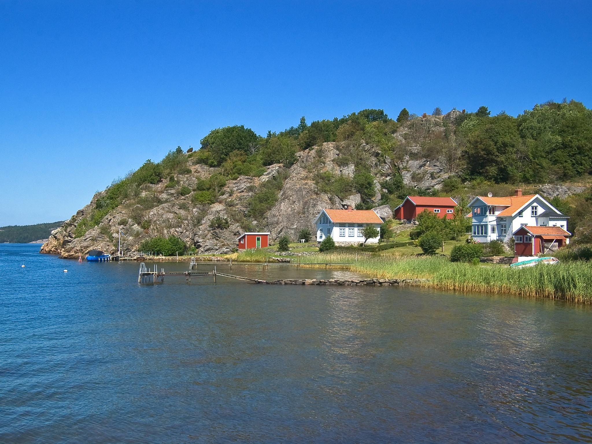 Hav, småhus och bryggor ute vid Sveriges västkust