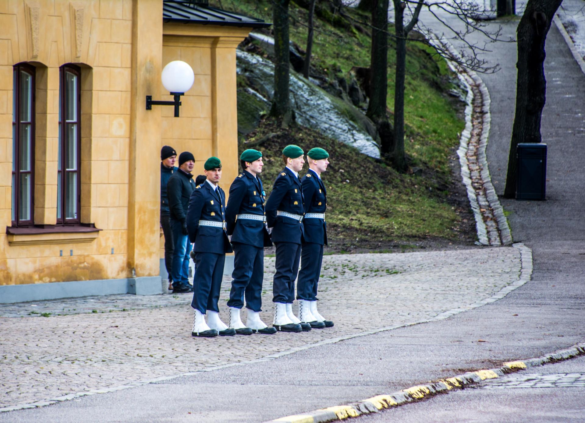 Försvarsmakten bemannad vid drottningens salut på Skeppsholmen.