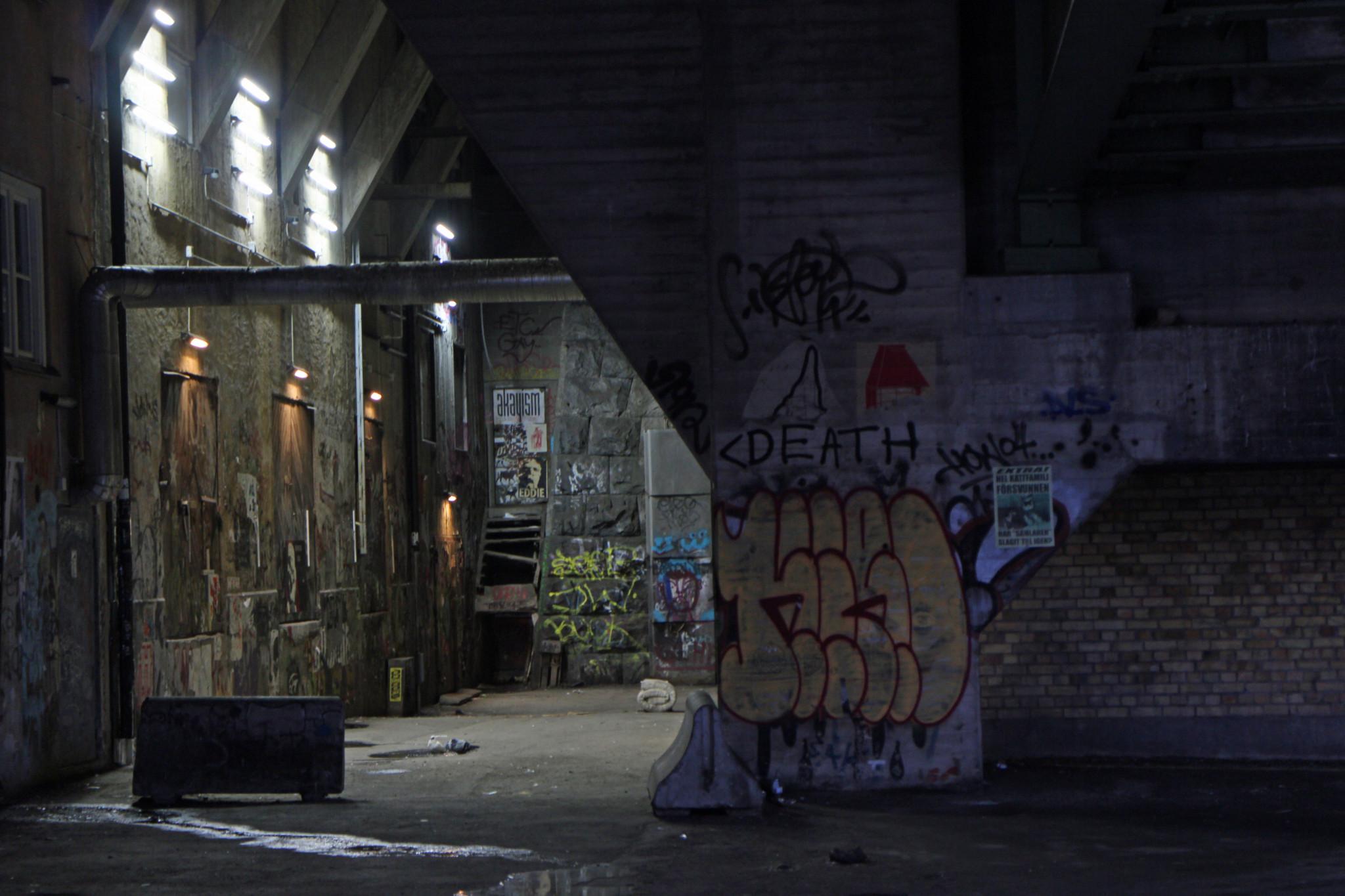 Betong och graffiti vid öde plats i centrala Stockholm.