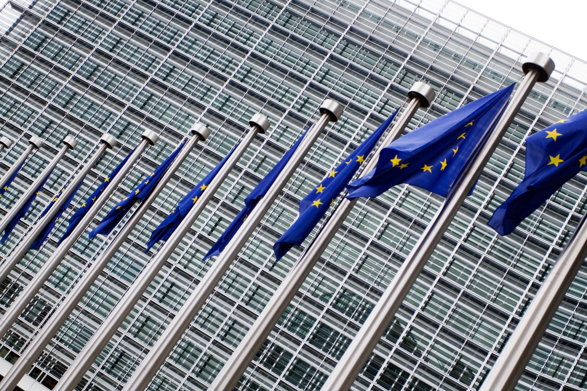 Europeiska flaggor framför EU kommissionen i Bryssel.