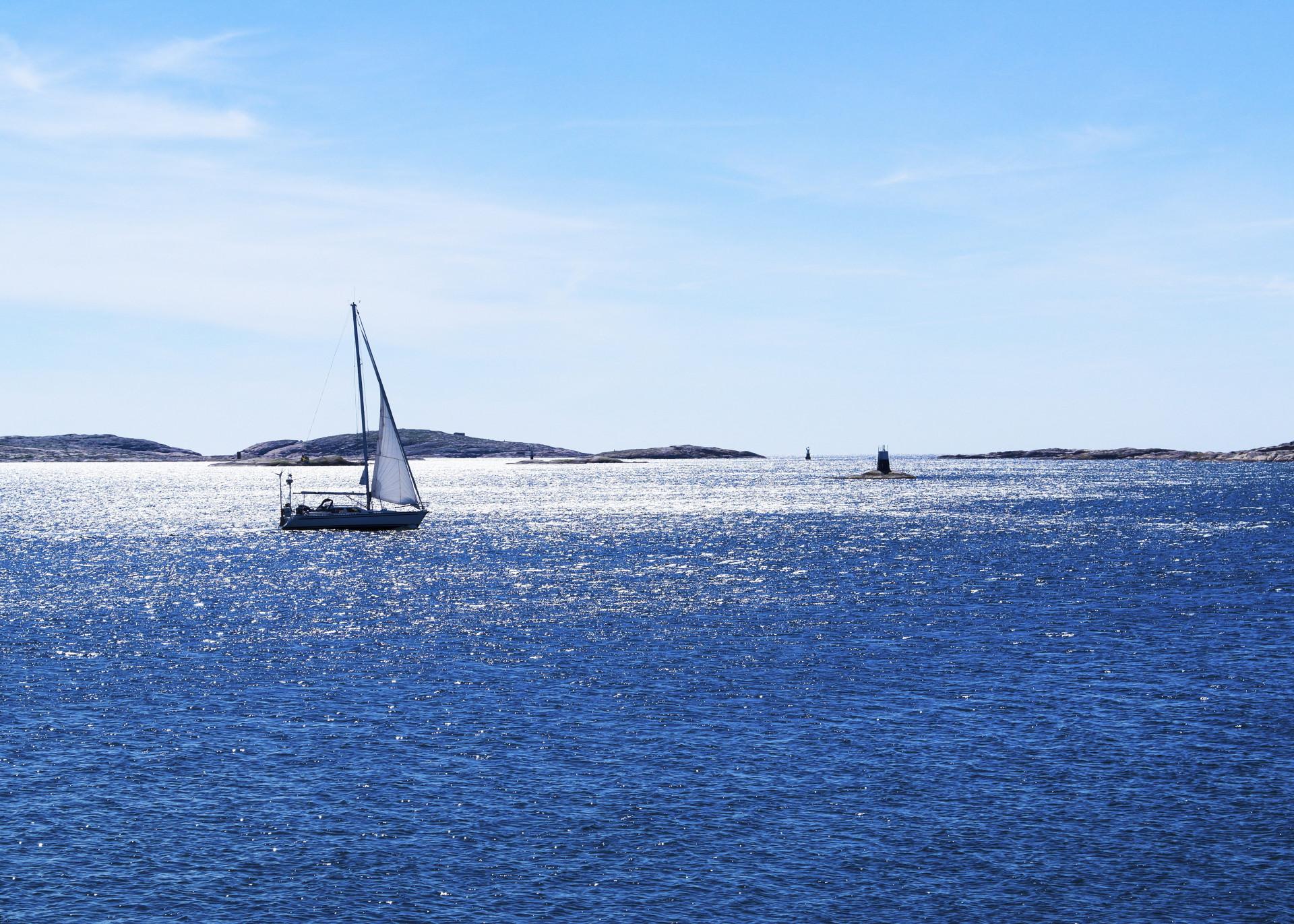 Segelbåt ute i svenska västkusts-skärgården