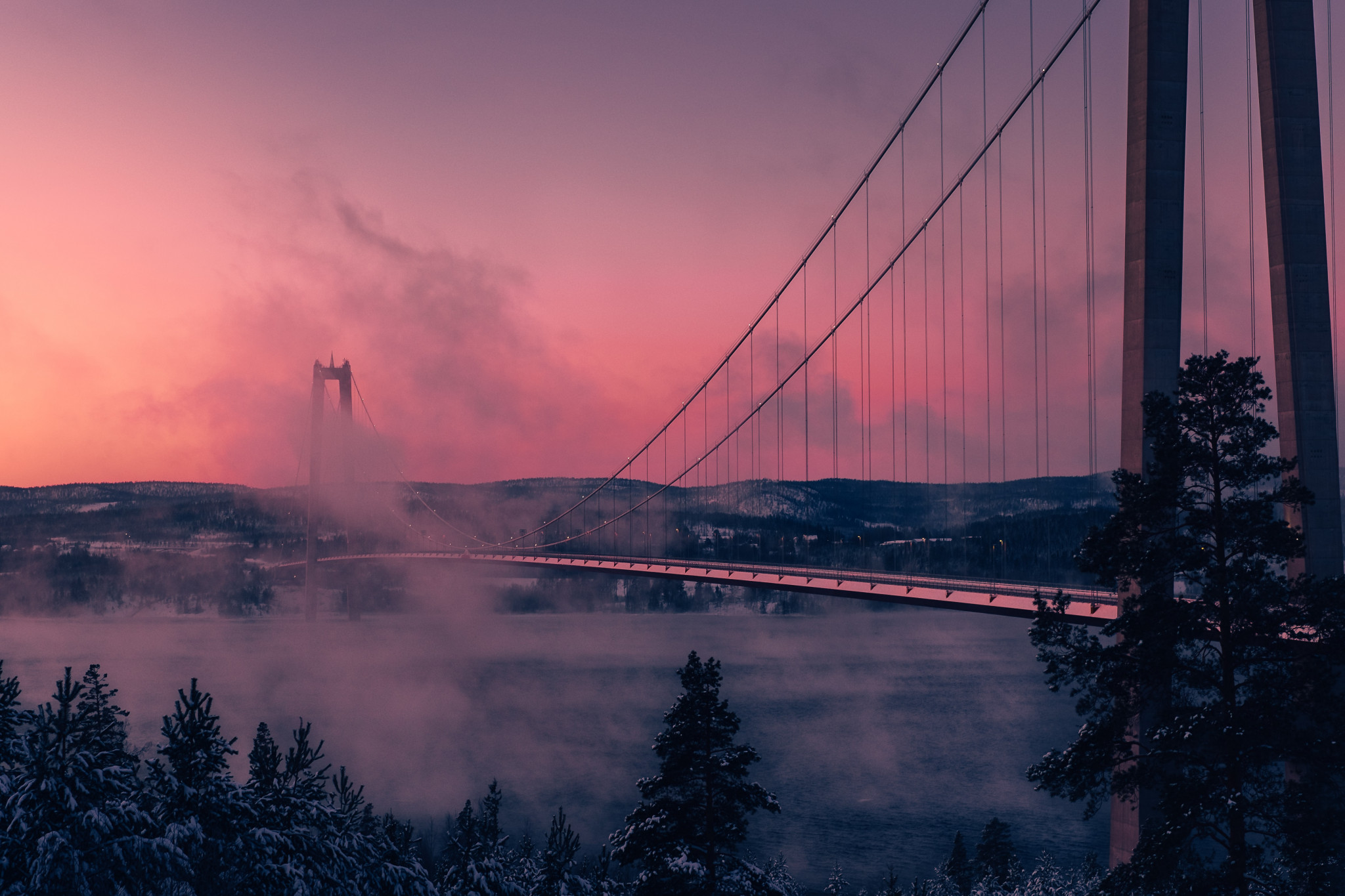 Högakustenbron i rosa skymning.