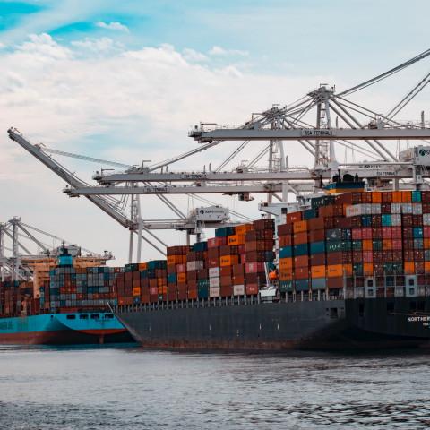 Stora lastfartyg tillagda vid hamn.