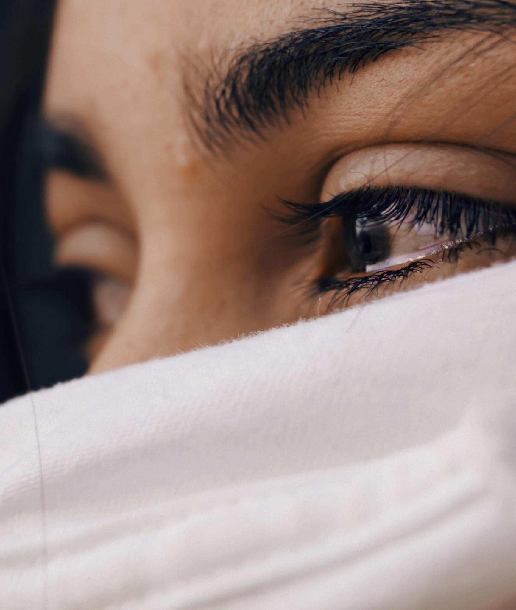 Tårögd kvinna i närbild