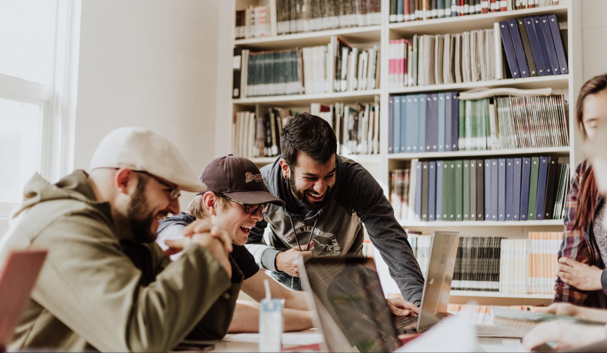 Vuxna män som studerar
