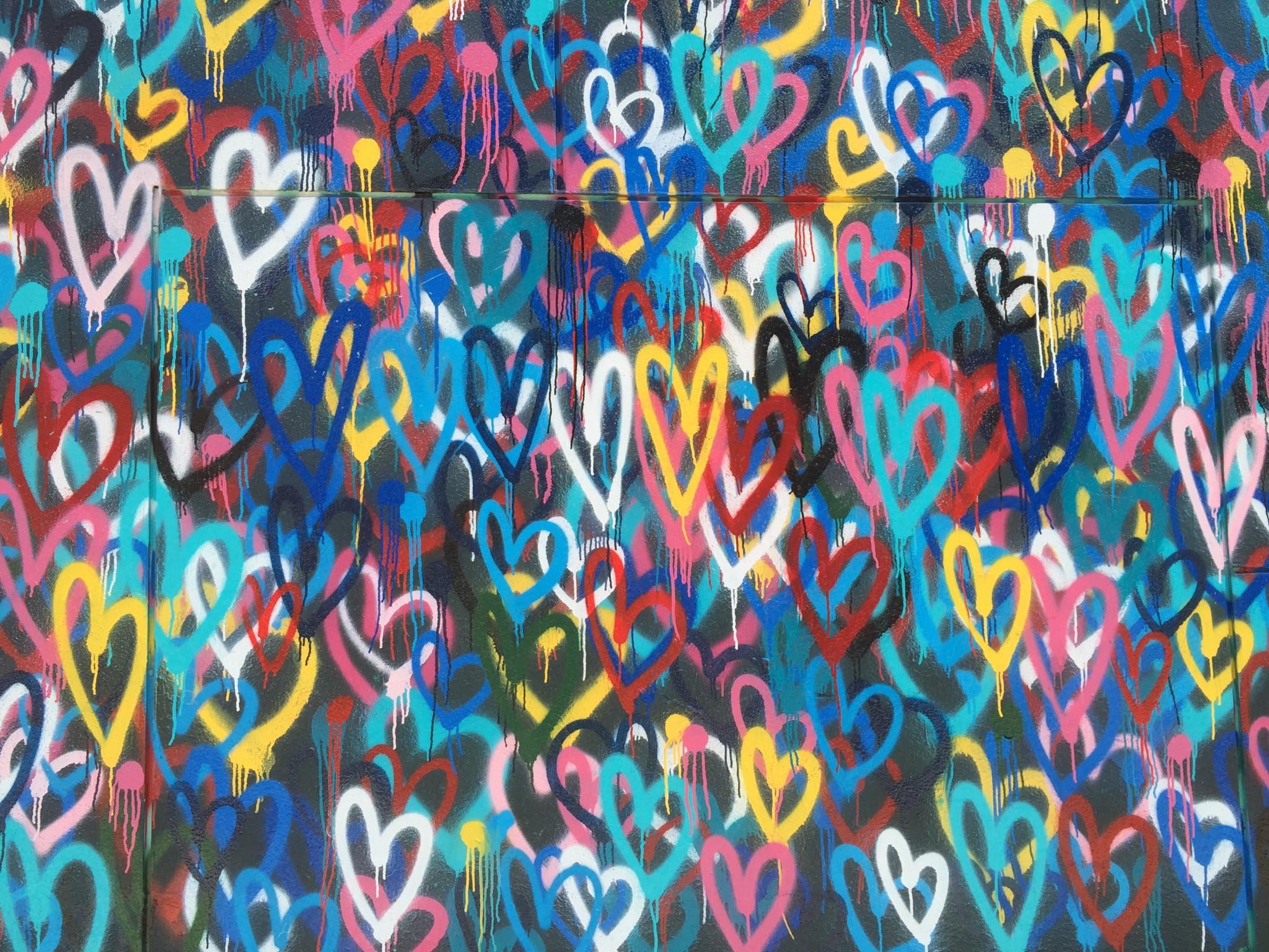 Grafittimålade hjärtan i olika färger och nyanser.